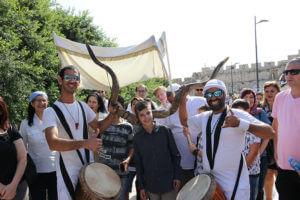 תהלוכה בכותל כולל שופרות ומתופפים